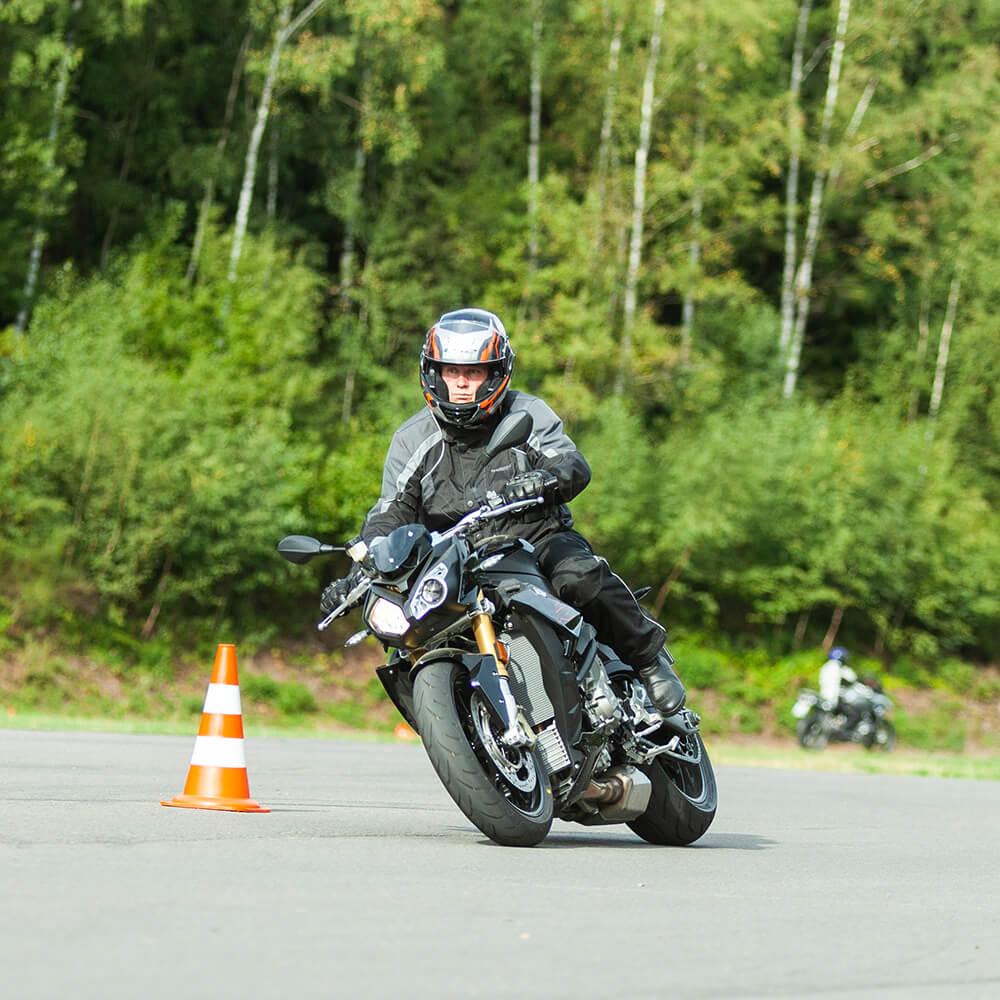 Fahrsicherheitstraining Motorrad: Motorradfahrer fährt in Schutzkleidung und Helm