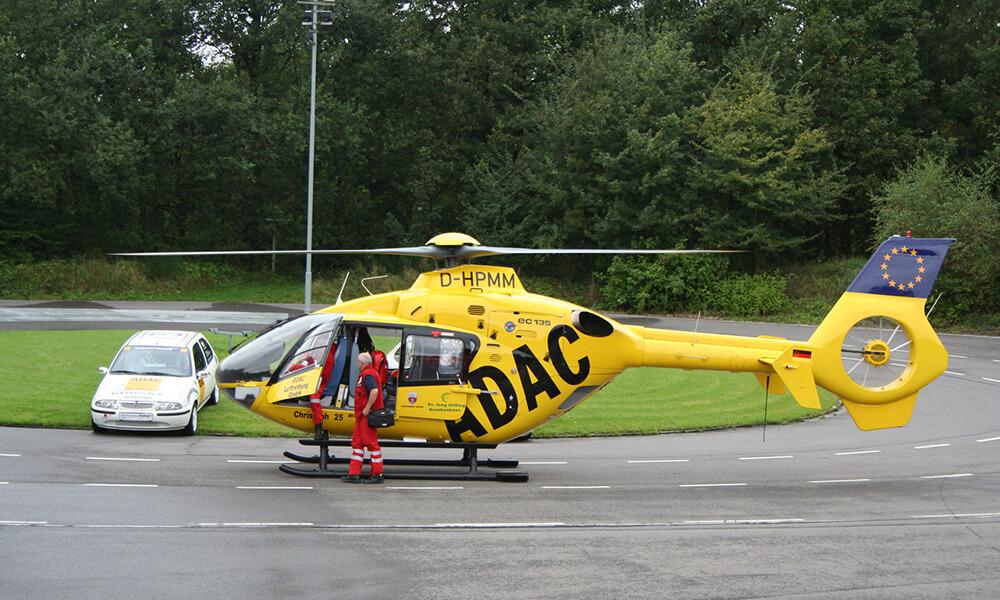 Gelber ADAC Helikopter auf dem Trainingsgelände