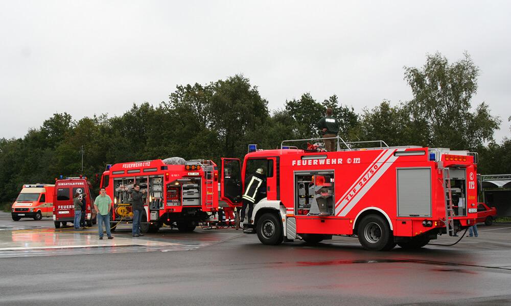 Vier Feuerwehreinsatzwagen auf dem Trainingsgelände