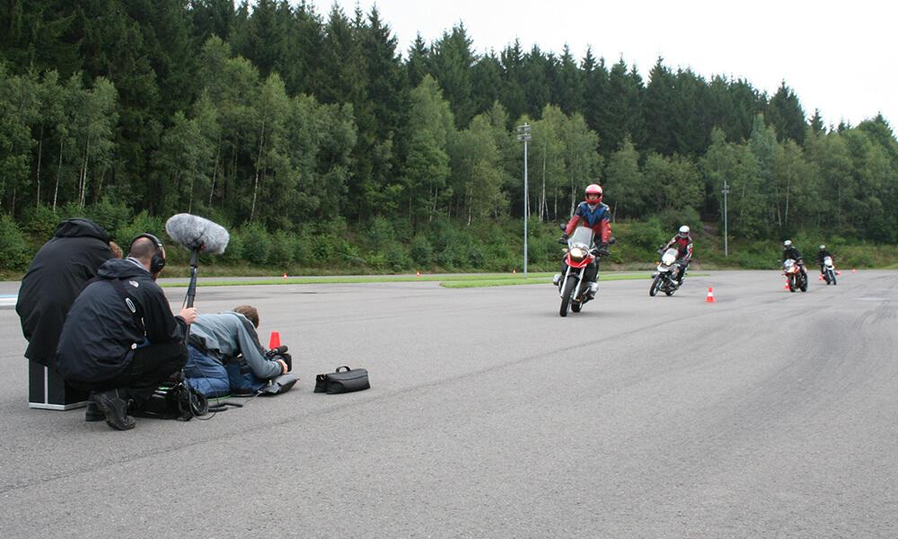 Filmproduktion: Motorradfahrer auf dem Trainingsgelände