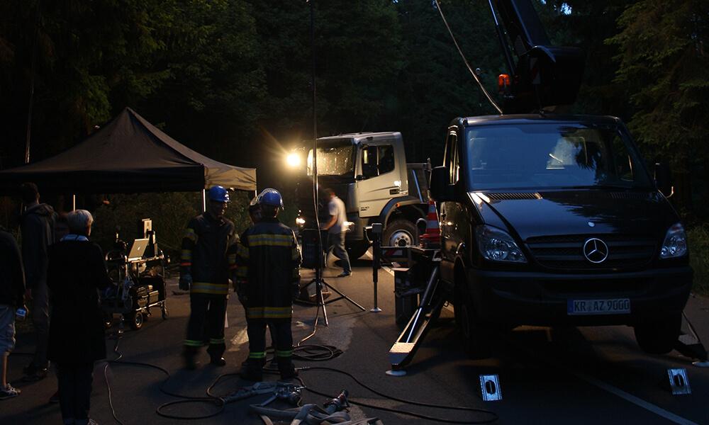 Filmproduktionsset bei Nacht mit Scheinwerferlicht 2
