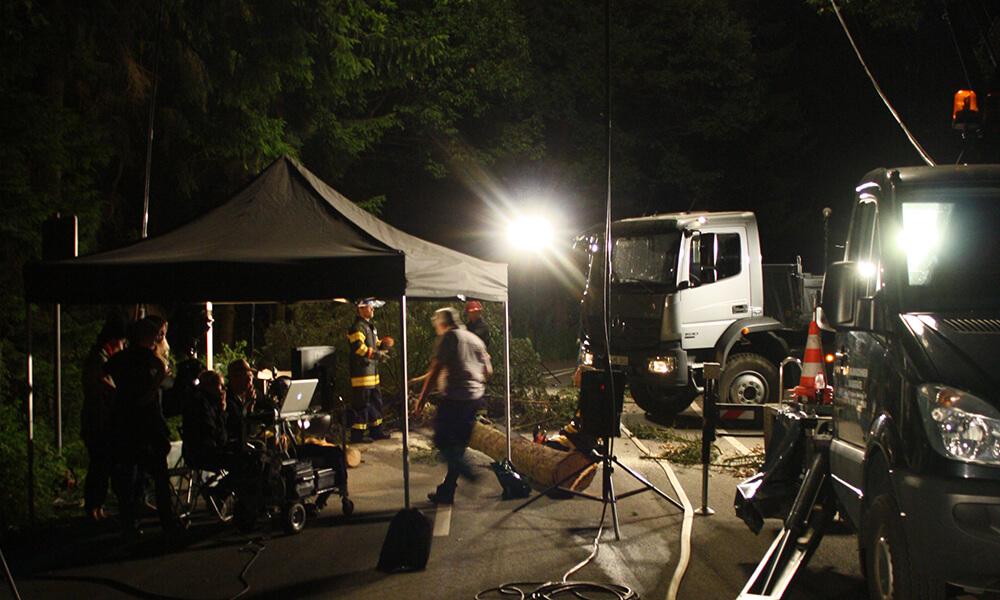 Filmproduktionsset bei Nacht mit Scheinwerferlicht
