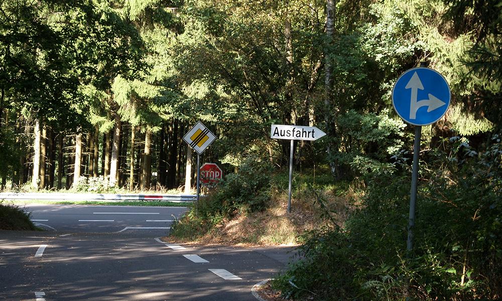 Ausschnitt: Gelände des Verkehrsübungsplatzes. Mit einem wegweisenden Schild zur Ausfahrt.